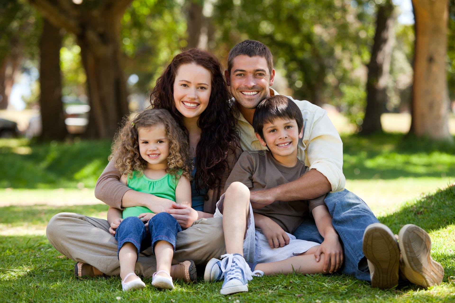 couple famille heureuse avec deux enfants au parc exterieur